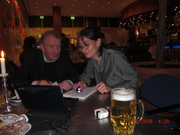Reinhard Hippen (+ 25.April 2010) und Beate Moeller beim schreiben der Jurybegründungen für den deutschen Kleinkunstpreis im Unterhaus Mainz.