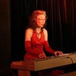 Julia Hagemann am E-Piano – Foto © BonMot-Berlin _ CarloWanka