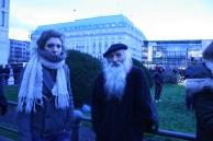 2015-01-11 23 JeSuisCharlie - Berlin - David Miro mit einer Bekannten - Foto © Carlo Wanka