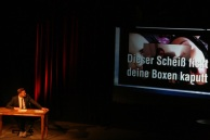 Was es mit diesem Leinwandvideoclip auf sich hat, wird der Künstler auf der Bühne persönlich mit ihnen erörtern. …