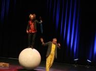 Kann sich herrlich trottelig anstellen, hats aber drauf: Clown Mick Holsbeke und Helfer Moderator Peter Spielbauer