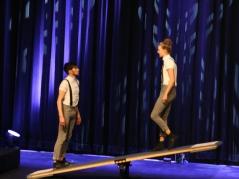 Tricksen Newton aus: Lukas & Aaron beschleunigen sich per Wippe in die Lüfte, schlagen Salti, drehen Twists. Energie und Rhythmus.